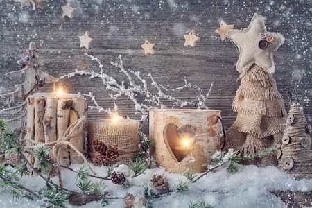 neige noel: bougies d'hiver sur un fond en bois