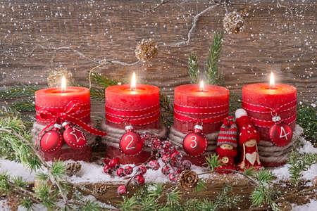 Cuatro velas de Navidad rojo de llegada Foto de archivo