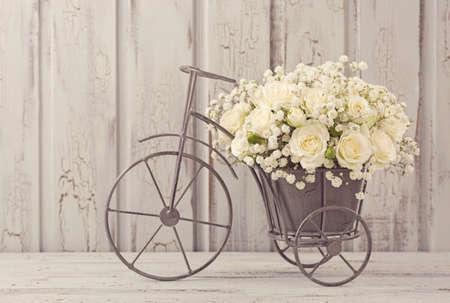 Witte rozen in een vaas fiets Stockfoto
