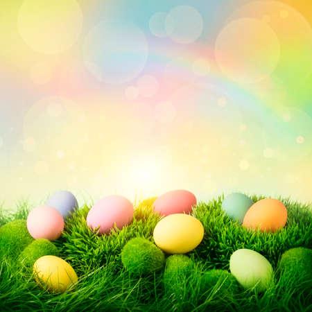 osterei: Bunte Ostereier auf pastellfarbenen Hintergrund