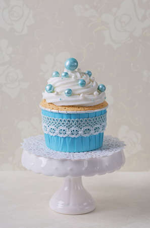 sugarpaste: Blue cupcake on a stand