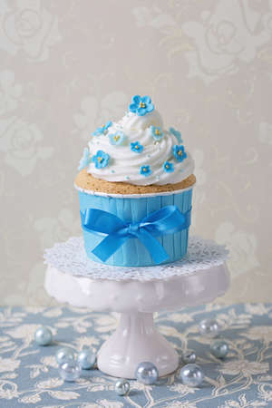 gumpaste: Cupcake with blue forgetmenot flowers