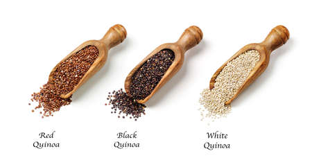 cuchara: Semillas de quinua rojo, blanco y negro aislado en un fondo blanco