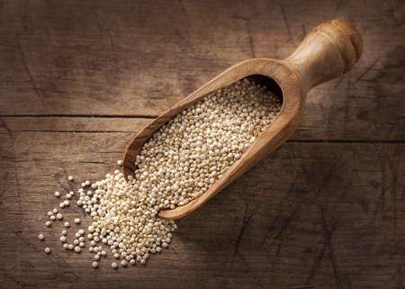 quinua: Semillas de quinua blancas sobre un fondo de madera