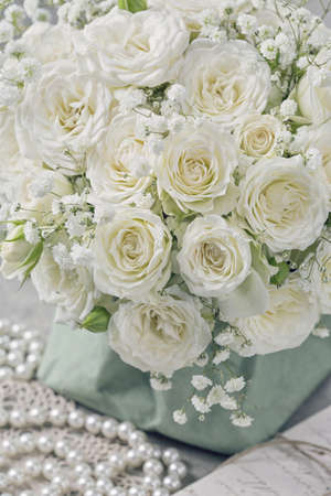 rosas blancas: Rosas blancas en una bolsa verde