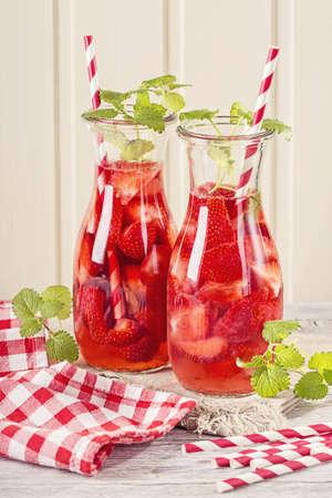 vasos de agua: Bebida del verano con fresas en copas