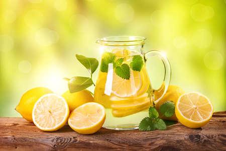 나무 테이블에 여름 레몬 음료