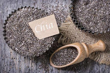 magdalenas: Las semillas de Chia en una taza del mollete de edad Foto de archivo