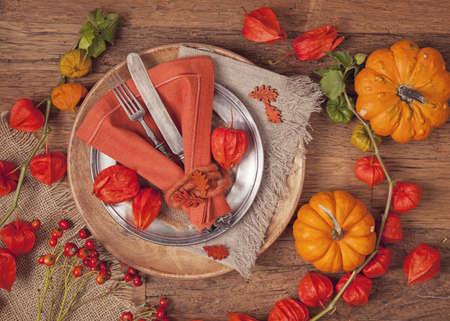 Herfst tabel met mes en vork Stockfoto