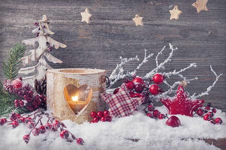adornos navideños: Velas de invierno sobre un fondo de madera