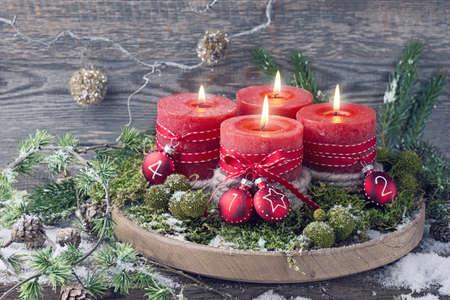 출현에 대한 네 개의 빨간 크리스마스 촛불 스톡 콘텐츠