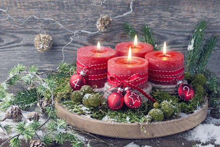 Cuatro velas de Navidad rojo de llegada Foto de archivo - 44857354