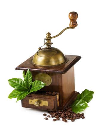 hojas antiguas: Molino de café vieja con los granos y hojas aisladas sobre un fondo blanco