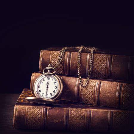 libros viejos: Libros antiguos viejos y un reloj