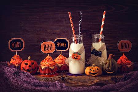 calabazas de halloween: Magdalenas con leche para fiesta de halloween Foto de archivo