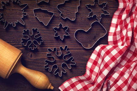 cioccolato natale: Chocolate christmas cookies on a wooden brown background