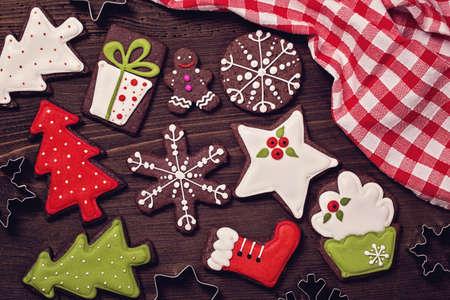 galletas de navidad: Galletas de la Navidad en un fondo marrón de madera