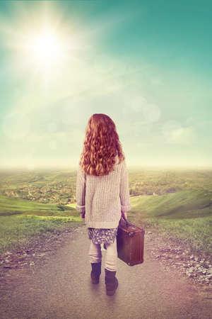 femme valise: Petite fille avec une valise à la route de campagne
