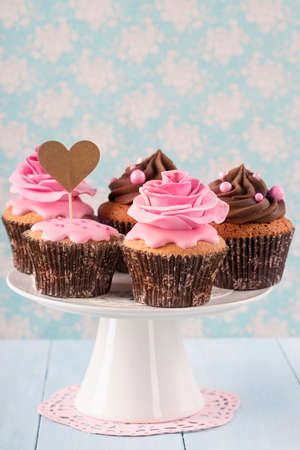 cake pick: Cupcakes with sweet rose flowers and a cakepick for text