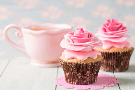 gumpaste: Cupcakes with sweet rose flowers and a cup of tee