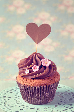 gumpaste: Cupcakes with heart cakepick for text