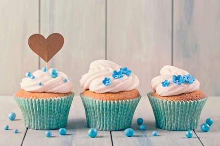 magdalenas: Las magdalenas con cakepick corazón para el texto Foto de archivo