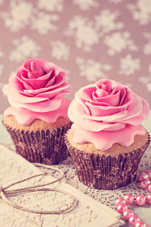 sugarpaste: Two cupcakes with rose flowers and a letter