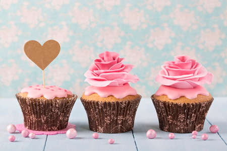 sugarpaste: Cupcakes with heart cakepick for text