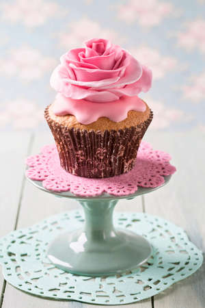 gumpaste: Cupcake with rose flowers on a stand