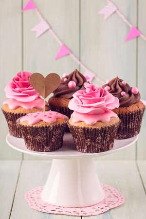 s�ssigkeiten: Cupcakes mit s��en Rosenbl�ten und einem cakepick f�r Text