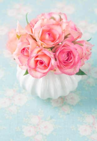 bouquet fleur: roses roses dans un vase blanc