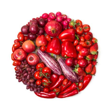 Cirkel rode vruchten en groenten geïsoleerd op een witte achtergrond