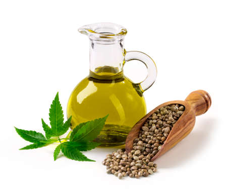 huile: jar huile de chanvre na verre isolé sur un fond blanc