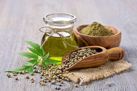 aceites: El aceite de cáñamo na frasco de vidrio y las semillas de cáñamo Foto de archivo