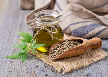 L'olio di canapa na vaso di vetro e di semi di canapa