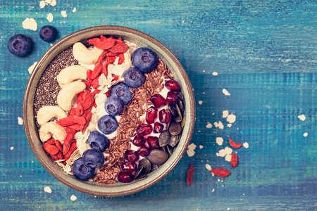 Griekse yoghurt met superfoods voor gezond ontbijt Stockfoto
