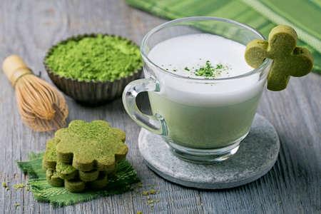 Matcha grüner Tee latte und Cookies auf einem hölzernen Hintergrund Standard-Bild - 56152470