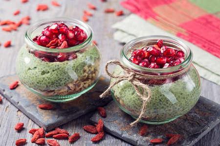 frasco: Chia pudín de semillas matcha con la granada y las semillas de chía