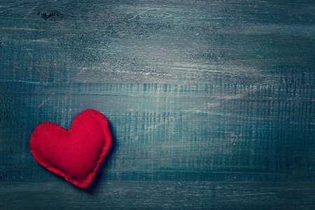 love letter: corazón rojo en un fondo de madera