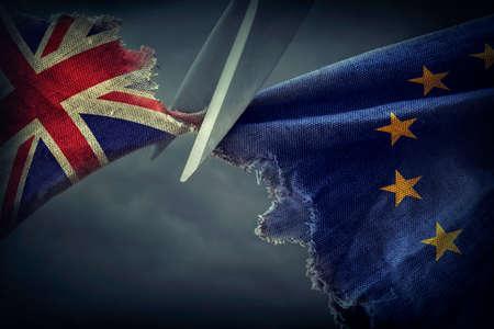 derrumbe: Banderas del Reino Unido y el concepto europeo Union.Brexit. Foto de archivo