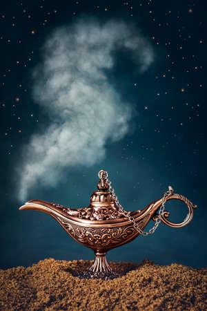 lampara magica: lámpara mágica de Aladdin con humo