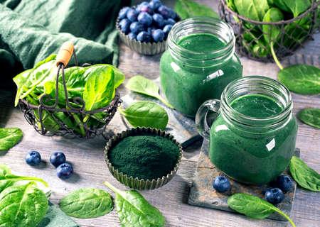 Smoothie vert avec la spiruline, les épinards et les bleuets