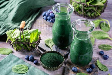 Groene smoothie met spirulina, spinazie en bosbessen