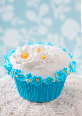sugarpaste: Cupcake with white and blue flowers on blue background