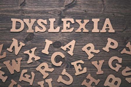 Dislexia palabra sobre un fondo de madera oscura Foto de archivo - 69848118