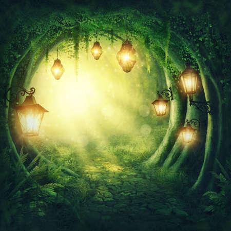 Road in einem magischen dunklen Wald Standard-Bild - 70758408