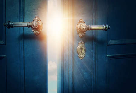 Öffnen Sie blaue Tür und Sonnenschein