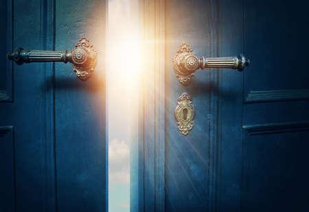 Porte bleu ouvert et soleil