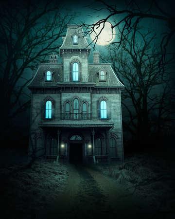 Spookhuis in het bos Stockfoto
