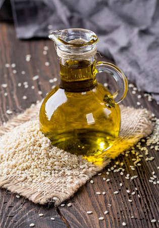Sesamöl in Glas und Samen